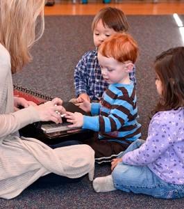 Laura_Barnet_teaches_class_for_young_children_by_Steven_Schnur_72dpi